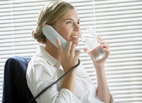 Uống đủ nước mỗi ngày giúp giữ dáng cho dân văn phòng