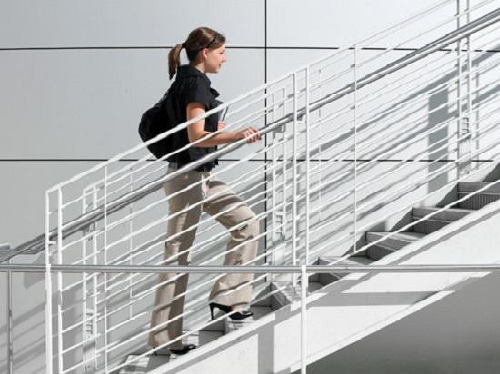 Giữ dáng thon gọn bằng cách đi cầu thang bộ