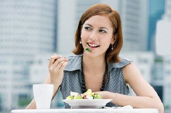 Rời bàn làm việc và ăn trưa ở nơi thoáng đãng giúp đầu óc thư giãn